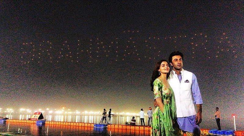 बॉलीवुड अभिनेत्री आलिया भट्ट और अभिनेता रणबीर कपूर फिल्म के निर्देशक अयान मुखर्जी के साथ प्रयागराज कुंभ मेले में पहुंचे थे। इस दौरान कुंभ में खास तरीके की तैयारी की गई थी।