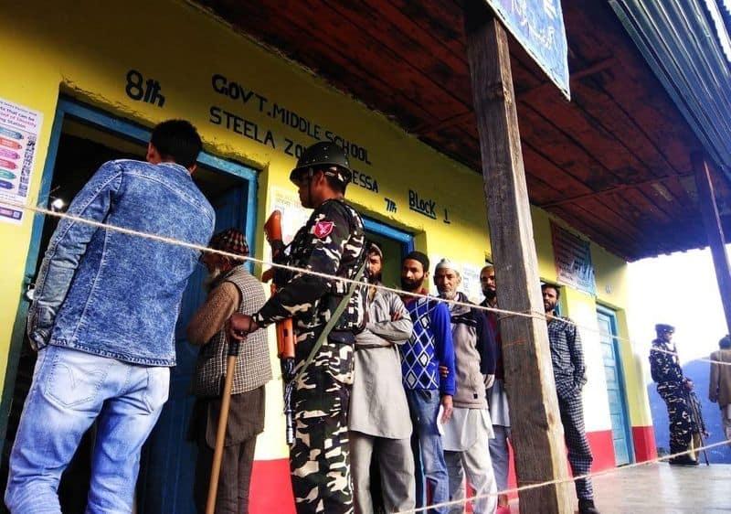 डोडा जिलें में लगभग सभी मतदान केंद्रों पर सुबह से ही कतारें में देखने को मिले।
