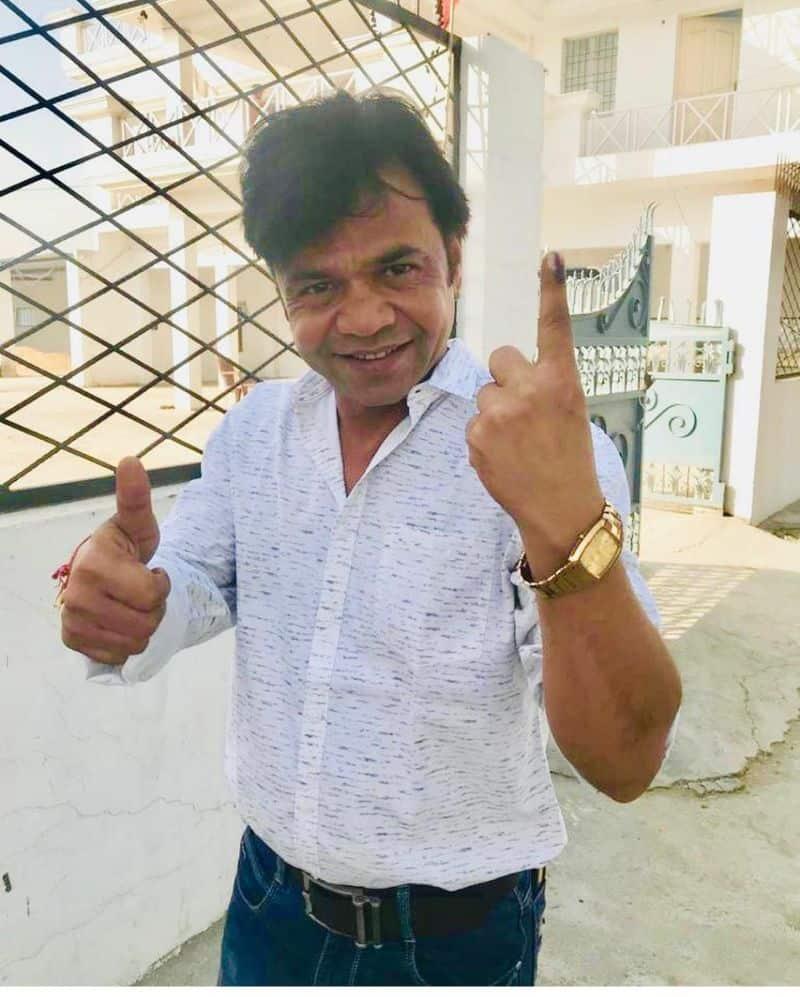 राजपाल यादव भी अपना वोट डालने पहुंचे।