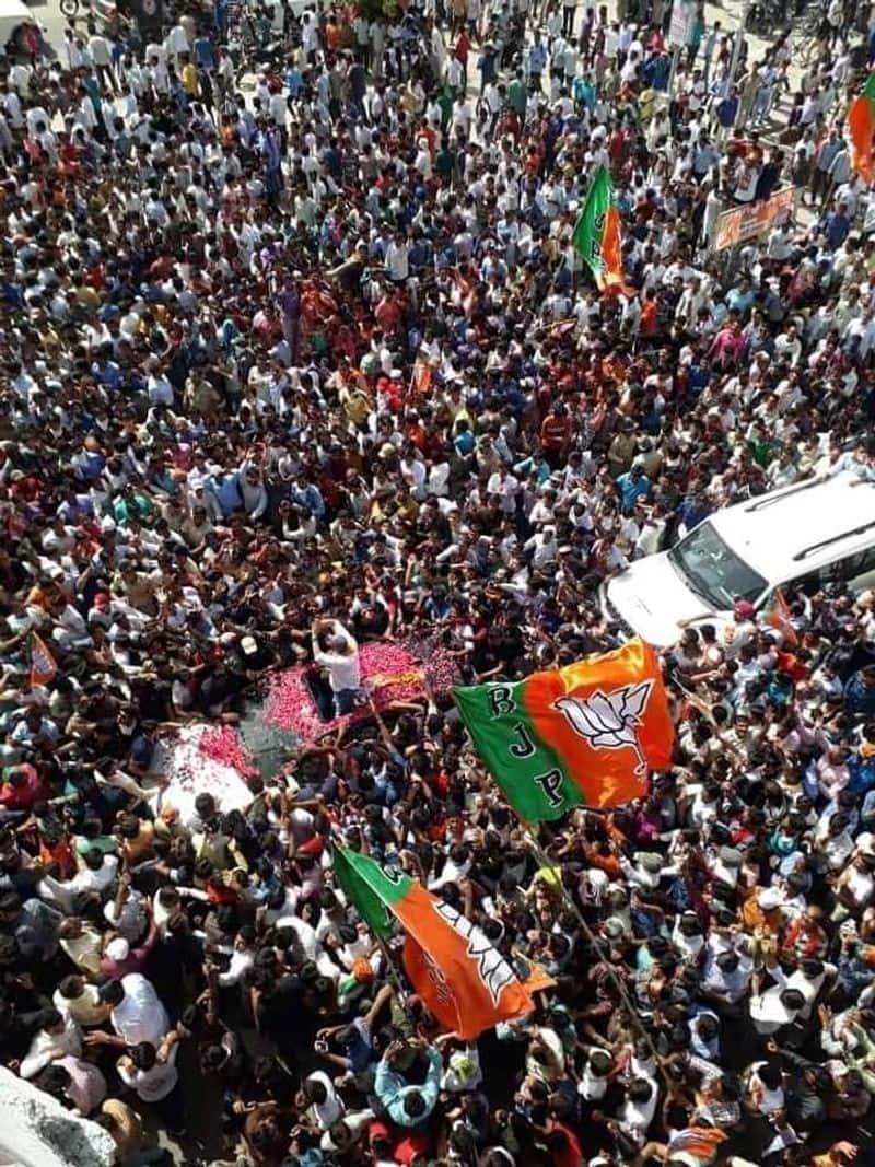 कल जब दोपहर में सनी अपनी रैली के लिए रोड शो पर निकले तो पूरे रोड और हाइवे पर लोगों की भीड़ इतनी थी कि वहां भारी जाम लग गया।