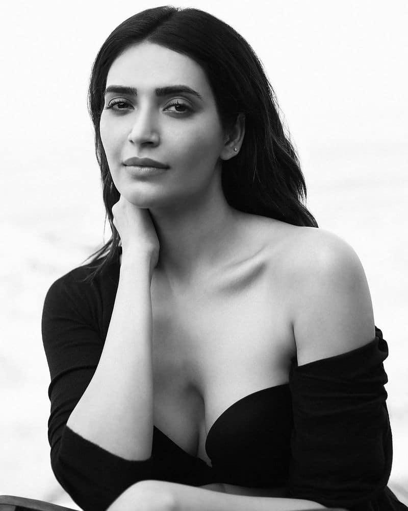 अपनी हॉट एंड सेक्सी अंदाज के लिए हमेशा सुर्खियों में छाई रहनी वाली करिश्मा ने इस बार इंस्टाग्राम पर डीप नेक ड्रेस पहने हुए तस्वीरें शेयर की हैं।
