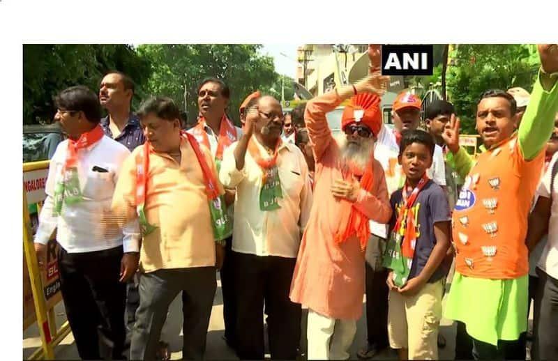बंगलुरू में BJP हेडक्वार्टर के बाहर समर्थकों का जश्न।
