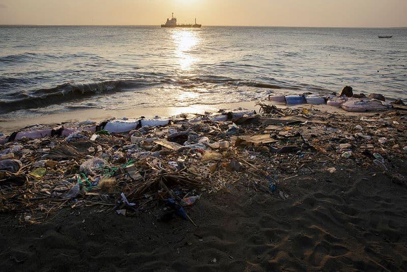 हिंद महासागर (Indian Ocean)- यह दुनिया के महासागरों में प्लास्टिक कचरे का तीसरा बड़ा संग्रह है। 2010 में यहाँ सबसे बड़ा कूड़े का ढेर पाया गया था जिसमें सबसे ज़्यादा प्लास्टिक मलबा और रासायनिक कीचड़ पाया गया। हिंद महासागर प्रयोग (INDOEX) के अनुसार, हिंद महासागर प्लास्टिक के मलबे और रासायनिक तत्वों से प्रदूषित होता है, जिसके परिणामस्वरूप यहाँ पर हाइपोक्सिया होता है।