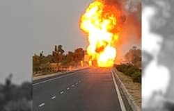 Fire in a truck full of gas cylinders, blown the truck with the explosion