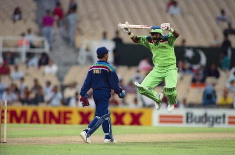 हर भारतीय प्रशंसक को भारत-पाकिस्तान के 1992 में खेले गए विश्वकप के इस मैच की सबसे दिलचस्प तस्वीर याद है। जब झुंझलाहट में पाकिस्तानी बल्लेबाज जावेद मियांदाद भारतीय विकेटकीपर किरन मोरे के सामने उछलने लगे थे।