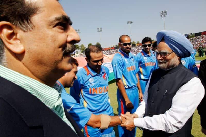 2011 के वर्ल्ड कप भारत और पाकिस्तान के बीछ खेले गए सेमीफाइनल मुकाबले से पहले सचिन तेंदुलकर से हाथ मिलाते प्रधानमंत्री मनमोहन सिंह। इस मैच को देखने के लिए पाकिस्तानी पीएम यूसुफ रजा गिलानी भी मोहाली पहुंचे थे।