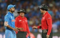 2015 में खेले गए विश्वकप मैच के दौरान पाकिस्तान के सोहैल खान से हुई बहस के बाद अंपायर से बात करते विराट कोहली।