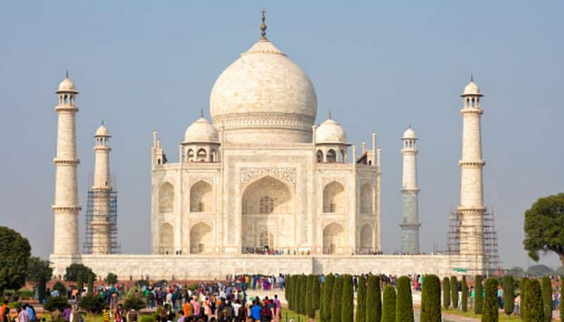 Taj Mahal is an ivory-white marble mausoleum on the south bank of the Yamuna river in the Indian city of Agra. This is India's most visited tourist attractions, also a winner of the New7Wonders of the World.