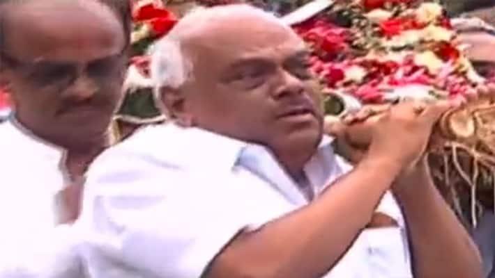 karnataka former speaker ramesh kumar ramesh kumar cries before jaipal reddy final rites