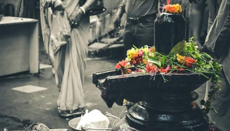 <p>রাজস্থানের অচলেশ্বর মহাদেব মন্দির- এই অচলেশ্বর মহাদেব মন্দির ধৌলপুর, রাজস্থানে অবস্থিত। বিশ্বাস করা হয় যে এই মন্দিরের শিবলিঙ্গ দিনে তিনবার তার রঙ পরিবর্তন করেন। যার অধীনে সকালে শিবলিঙ্গের রঙ লাল হয়ে যায়, বিকেলে জাফরান রং এবং সন্ধ্যায় শিবলিঙ্গ শ্যামবর্ণ রঙে পরিণত হয়।</p>