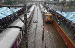 झारखंड, बिहार में एक बार फिर बारिश का दौर:  झारखंड और बिहार के कई इलाकों में एकबार फिर बारी बारिश लोगों की परेशानियां बढ़ा सकती है। कई इलाकों में भारी बारिश की चेतावनी दी गई है और लोगों को अलर्ट रहने के लिए कहा गया है। इधर दिल्ली-एनसीआर के कुछ इलाकों में बारिश शुरू हो गई है।