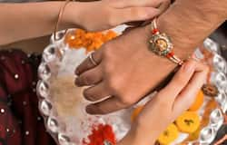 <p>সস্তার চিনা রাখি নাকোচ, বাজারে চাহিদা বাড়ছে কলামন্দিরের শিল্পীদের তৈরি স্বদেশী রাখির</p>