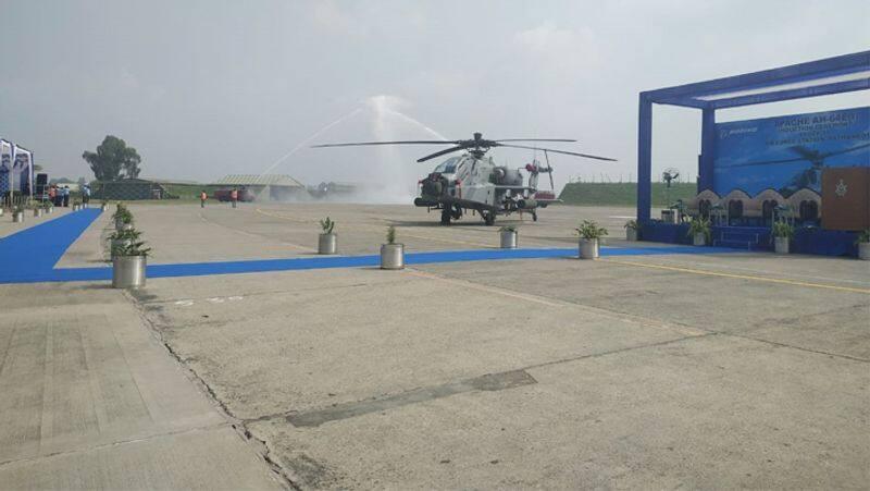 अपाचे लड़ाकू हेलीकॉप्टर करीब 16 फुट ऊंचा और 18 फुट चौड़ा है।
