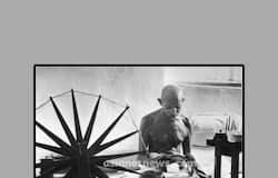 (സ്വന്തം വസ്ത്രത്തിനായുള്ള നൂല് നെയ്യുന്ന മഹാത്മാഗാന്ധി.) 1930 -ൽ ദണ്ഡിയാത്ര നടക്കുന്നു. അക്കാലത്ത് ഇന്ത്യൻ പൗരന്മാർക്ക് വലിയ വിലകൊടുത്ത് ബ്രിട്ടീഷുകാരിൽ നിന്ന് ഉപ്പ് വാങ്ങേണ്ടി വന്നിരുന്നു. അതിൽ ഒരു കുത്തക തന്നെ ബ്രിട്ടീഷുകാർ നിലനിർത്തിപ്പോന്നു. ഈ കുത്തക എളുപ്പം തകർക്കാവുന്ന ഒന്നാണ് എന്ന് തെളിയിക്കാനാണ് ഗാന്ധിജി ദണ്ഡിയിൽ ഉപ്പു കുറുക്കി ജനങ്ങളെ പുതിയൊരു സമരമാർഗ്ഗത്തിലേക്ക് കൈപിടിച്ചു നടത്തിയത്. ദണ്ഡിയിൽ കുറുക്കിയെടുത്ത ഒരുപിടി ഉപ്പ് കയ്യിലെടുത്തുകൊണ്ട് ഗാന്ധിജി പറഞ്ഞത്, ഈ ഒരു പിടി ഉപ്പ് ബ്രിട്ടീഷ് സാമ്രാജ്യത്തിന്റെ അടിവേരറുക്കും എന്നാണ്.
