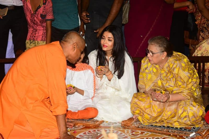 Aaradhya was the one who stole the show. Aishwarya guided her 5-year-old daughter Aaradhya to perform certain rituals of the puja which the little one followed well