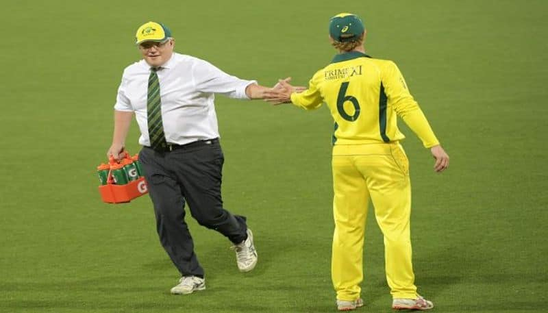 Australian Prime Minister turns water boy for his team against Sri Lanka