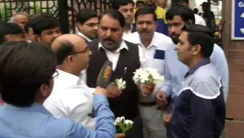 police and lawyers dispute, lawyers distributed flowers outside Saket court today in Delhi