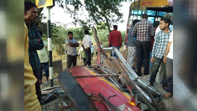 truck bus collision many died banda