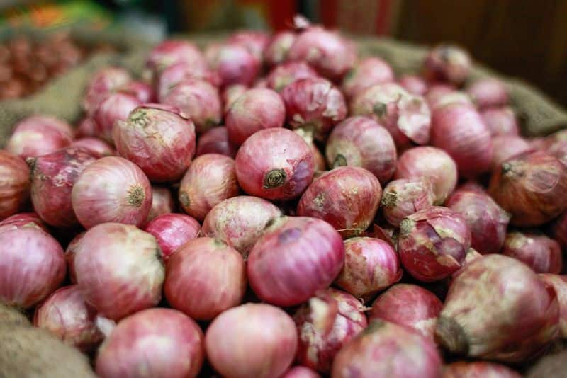 one kg  onion price  nearly 200 rupees in Chennai koyambedu market public have fearing