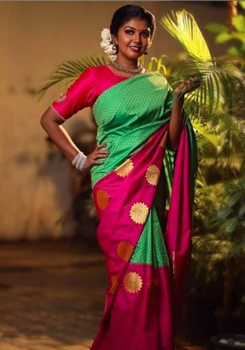 சிலை போல் நின்று போஸ் கொடுக்கும் நடிகை