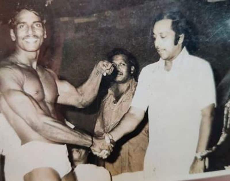 நடிகர் முத்துராமனுடன் எடுத்து கொண்ட புகைப்படம்