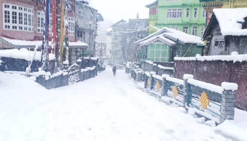 Indian Army rescues 1,500 tourists stranded due to snowfall in Sikkim