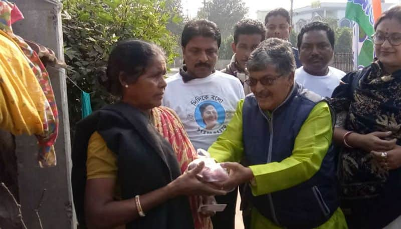 MLA distributes onions during Didi Ke Bolo campaign in Hooghly