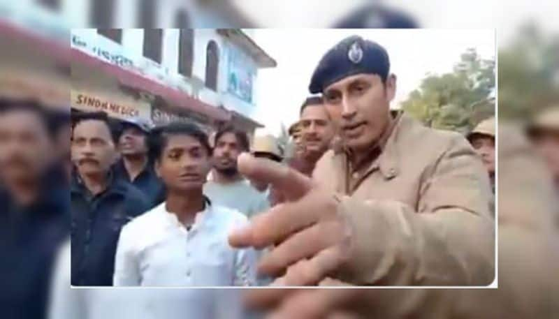 Police officer in Etawah convinces protesters what CAA is