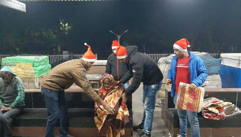 A couple of youths took the initiative in Christmas Evening to Gift blankets and cakes for the wanderers