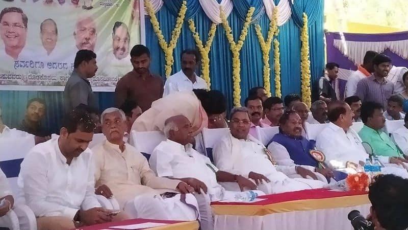 congress leader siddaramaiah and bjp ks eshwarappa and H Vishwanath on One Stage at Mysuru