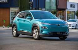 Hyundai Kona Electric: हुंडई कोना इलेक्ट्रिक को चार्ज करने के लिए कंपनी आपके घर पर 7.2 किलोवॉट का वॉल बॉक्स एसी चार्जिंग स्टेशन लगाकर देगी, जिससे कार को फुल चार्ज होने में करीब 6 घंटे लगेंगे। 50 किलोवॉट के डीसी फास्ट चार्जर से यह कार महज एक घंटे के भीतर 0 से 80 फीसदी तक चार्ज हो जाएगी। हालांकि 50 किलोवॉट के डीसी चार्जर अभी चुनिंदा शहरों के हुंडई डीलरशिप और इंडियन ऑयल कॉर्पाेरेशन स्टेशन पर ही उपलब्ध हैं। इसके अलावा कंपनी कार के साथ एक 2.8 किलोवॉट का पोर्टेबल चार्जर भी देगी, जिसे ड्राइविंग के वक्त आप अपने साथ रख सकते हैं। यह रेग्यूलर वॉल सॉकेट चार्जर है, इससे कार को फुल चार्ज होने में करीब 19 घंटा लगेंगे। इसकी कीमत 28.04 लाख रुपए है।