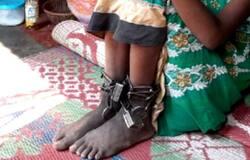 শিকলে বাঁধা ১২ বছরের   মেয়ে, আজব চিত্র বর্ধমানে