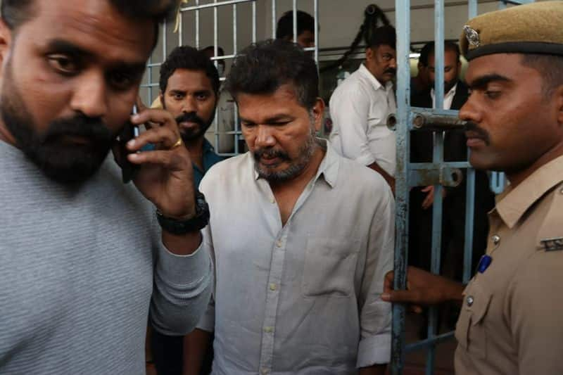 indian 2 accident director shanker chatting