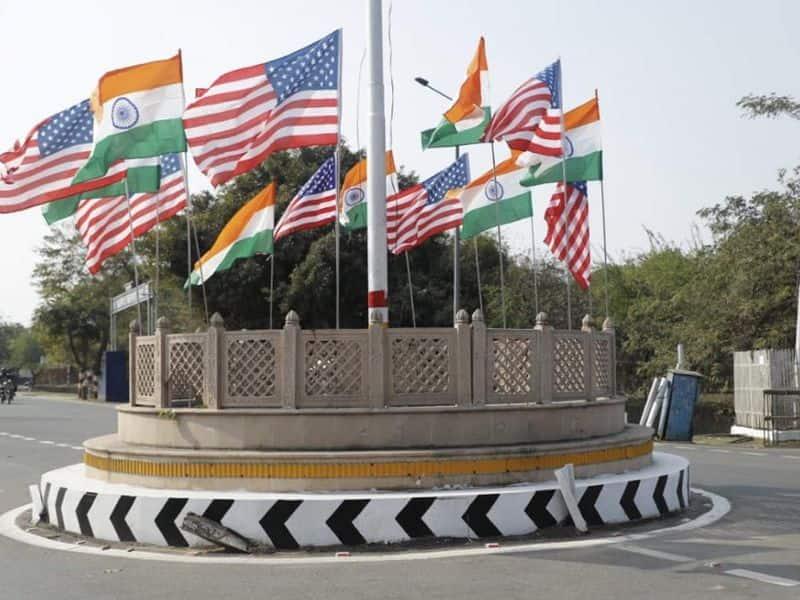 आगरा ट्रंप के स्वागत के लिए भारत और अमेरिका के झंडों से पटा पड़ा था।
