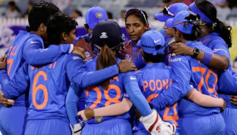 <p>করোনার কারণে দীর্ঘ ১২ মাস পর ক্রিকেটে ফেরে ভারতীয় মহিলা দল। কিন্তু দক্ষিণ আফ্রিকার বিরুদ্ধে একদিন ও টি২০ সিরিজ দুটোতেই হারের মুখ দেখতে হয় মহিলা দলকে।<br /> &nbsp;</p>
