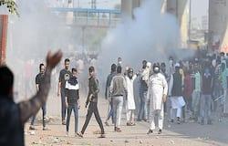 वे भी अपने समर्थकों के साथ सड़क पर उतर आए हैं। उन्होंने लिखा, सीएए के समर्थन में मौजपुरा में प्रदर्शन। मौजपुर चौक पर जाफराबाद के सामने। कद बढ़ा नहीं करते। एड़ियां उठाने से। सीएए वापस नहीं होगा। सड़कों पर बीबियां बिठाने से।' भाजपा समर्थकों के सड़क पर उतरने के बाद मौजपुर चौराहे पर ट्रैफिक दोनों तरफ से बंद हो गया है। समर्थन में लोग सड़कों पर बैठ गए हैं। इसी दौरान सीएए का विरोध करने वाले और समर्थन करने वाले दो गुटों में पत्थरबाजी हुई। यहीं से विवाद की शुरुआत हुई।
