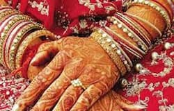 हाथों में मेहंदी, लाल जोड़ा पहने 23 साल की सावित्री ने बताया कि वे घर पर रो रही थीं, हिंसा के चलते उनकी शादी कैंसिल हो जाएगी। उसी वक्त उनके पिता आए और उन्होंने उसे बताया कि शादी तय तारीख पर ही होगी। साथ ही उन्होंने बताया कि उनका पड़ोसी मुस्लिम परिवार हर मदद के लिए तैयार है।