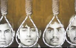 क्या है पूरा मामलाः निर्भया के साथ चलती बस में हुई थी दरिंदगी16 दिसंबर, 2012 की रात में 23 साल की निर्भया से दक्षिण दिल्ली में चलती बस में 6 लोगों ने दरिंदगी की थी। साथ ही निर्भया के साथ बस में मौजूद दोस्त के साथ भी मारपीट की गई थी।दोनों को चलती बस से फेंक कर दोषी फरार हो गए थे। इसके बाद निर्भया का दिल्ली के अस्पताल में इलाज चला था। जहां से उसे सिंगापुर के अस्पताल में इलाज के लिए भेजा गया था। 29 दिसंबर को निर्भया ने सिंगापुर के अस्पताल में इलाज के दौरान दम तोड़ दिया था।