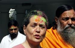 सोनिया गांधी। 22 मार्च 2008 की तस्वीर। नई दिल्ली में पार्टी समर्थकों के साथ होली खेलते हुए।