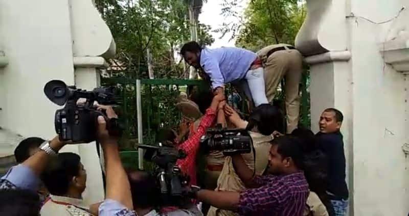 తెలంగాణ అసెంబ్లీ గేటెక్కిన ఏబివిపి విద్యార్థి