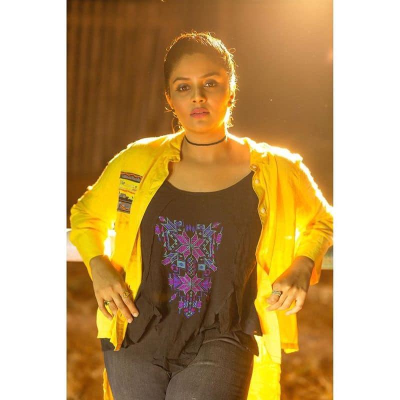 (Courtesy :Instagram) బిగ్ బాస్ హౌస్ లో శ్రీముఖిటాస్క్ లలో సీరియస్ గా పాల్గొంటూనే సరదాగా అల్లరి చేష్టలతో సైతం ఆకట్టుకుంది.