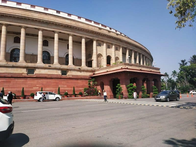 Parliament can be postponed, political parties and MPs are keeping distance from session