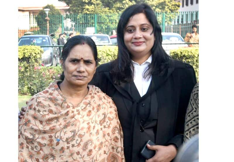 Seema Kushwaha, Nirbhaya's LawyerStruggle: This lawyer who fought for Nirbhaya's justice was poor and sold her anklets for education.Seema Kushwaha, who got Nirbhaya justice, is remembered not as a lawyer but as a bulwark of strong law. Her father, a resident of Uggarpur village in Etawah, UP, was a farmer. She went to school till eighth. Further studies were banned. At that time, it was not considered right to educate girls much. But her father decided to teach her. He died when Seema was doing her graduation. She did not have the money to pay college fees, her aunt paid the fees by selling her gold jewellery and anklets. She somehow completed her graduation by teaching tutions and today, Seema has become a strong woman, a capable advocate and a strong voice for women.