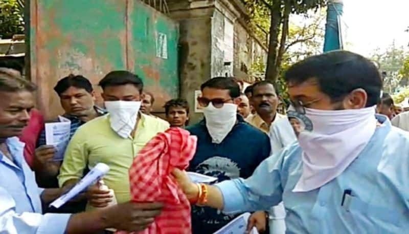 Municipal chairman distributes towels to stop Coronavirus in Hooghly