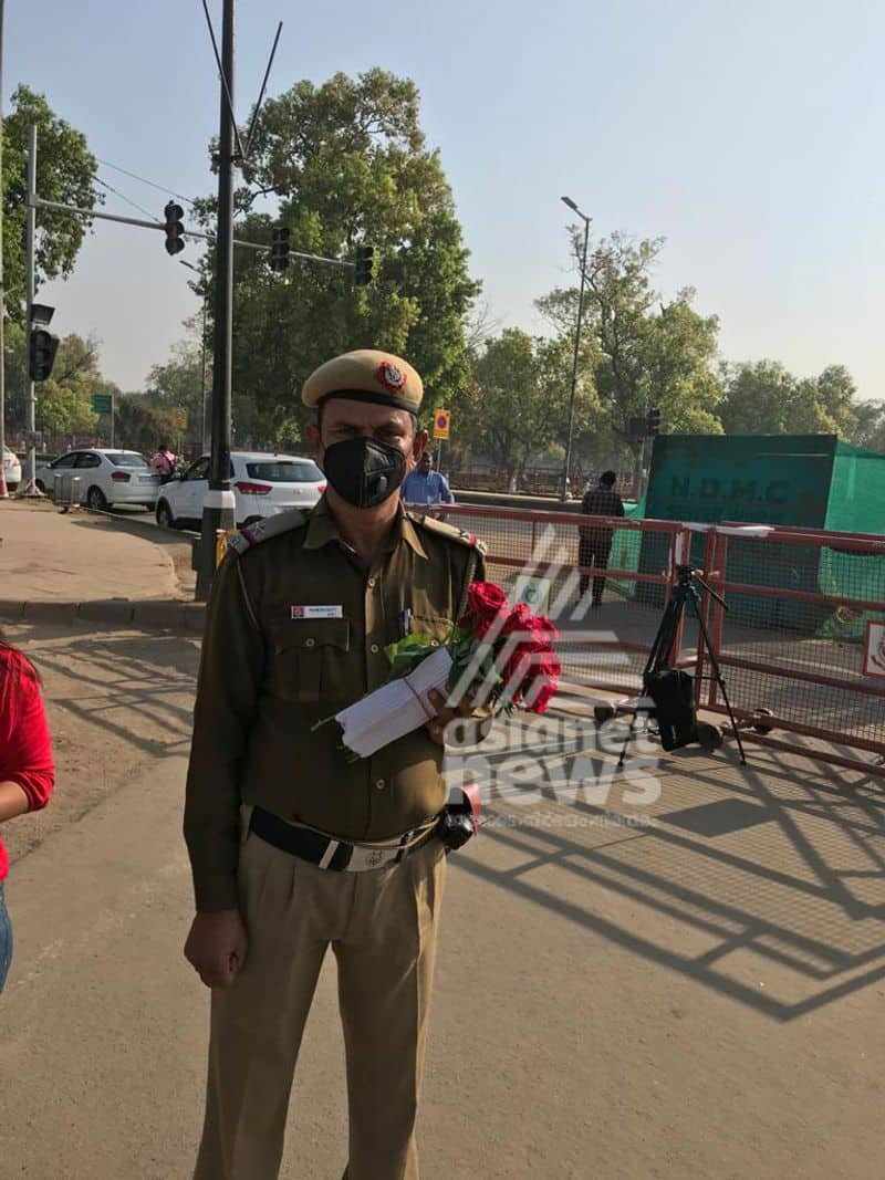 Covid 19 Janata Curfew Delhi Police Gifts Roses to people getting out and asks them to go back inside
