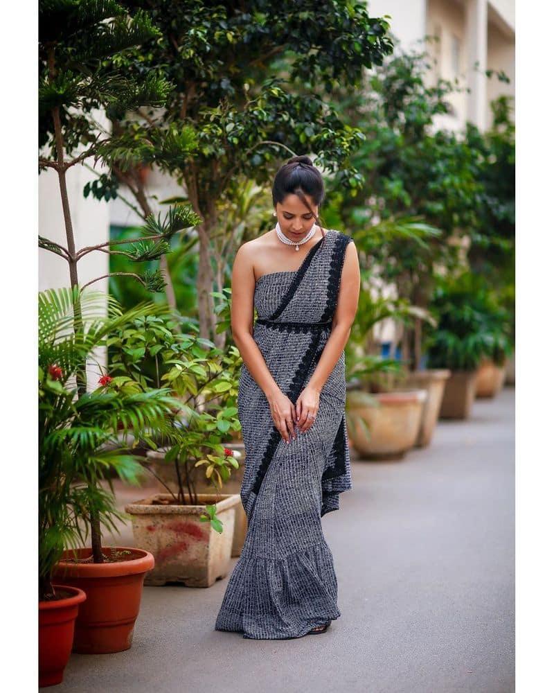 (Courtesy: Instagram) తాజాగా అనసూయ ఓ డిజైనర్శారీలోనడుము గ్లామర్ తో మతిపోగోట్టే ఫోజులు ఇచ్చింది.