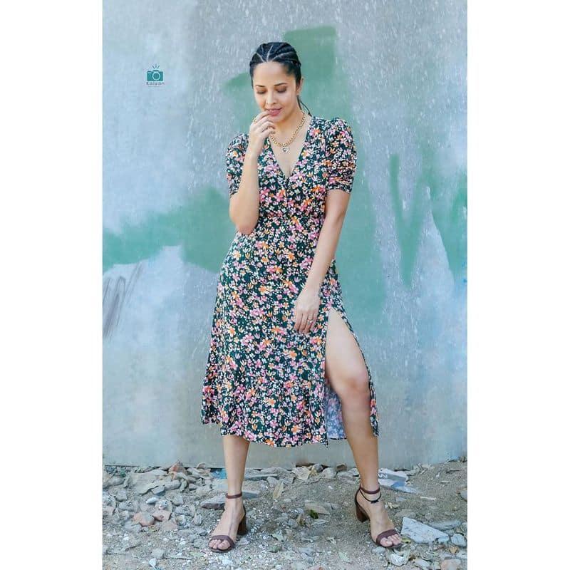 (Courtesy: Instagram) హాట్ ఫోజులతో రెచ్చిపోతున్న అనసూయ