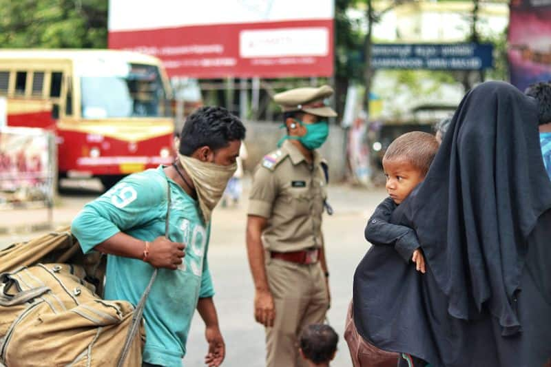 Indian man carries injured wife to hosiptal for 12km