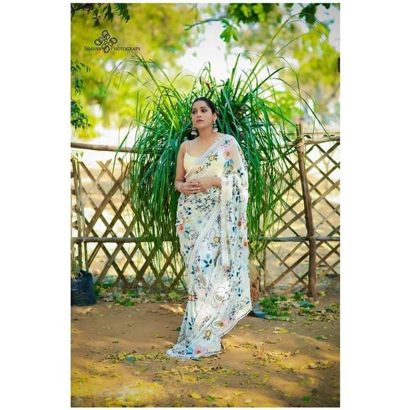 (Courtesy__Instagram) చీరలో అందాల షో చేస్తూ ఆమె ఇచ్చిన పోజులకు కుర్రాళ్లు ఫిదా అవుతున్నారు.