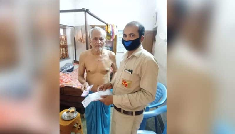 Elederly man gets pension at his home with the help of postal department in Hooghly